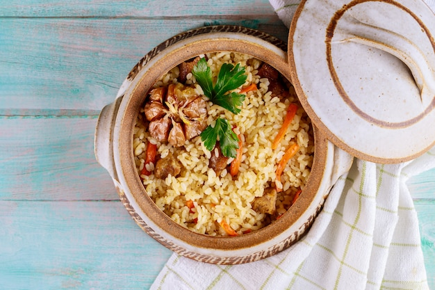 Pilaf de riz à l'agneau, carottes, ail et épices indiennes.