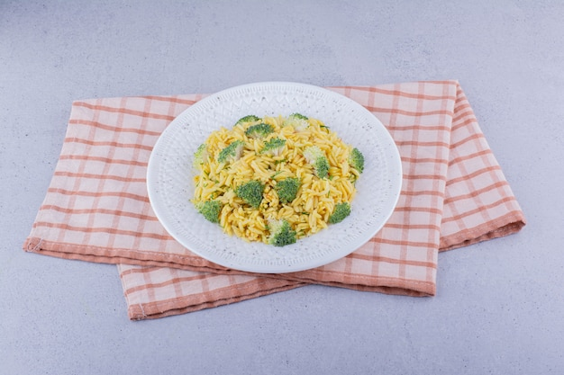Pilaf de riz brun avec garniture de brocoli sur fond de marbre. photo de haute qualité