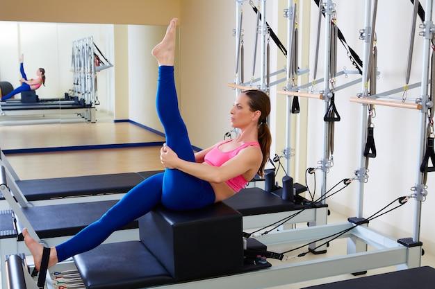 Pilates reformer femme court exercice de buis