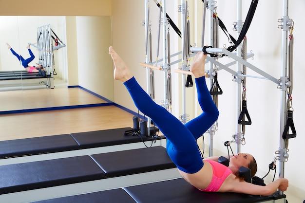 Pilates reformer femme exercice de tour