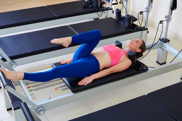 Pilates reformer femme exercice de travail des pieds