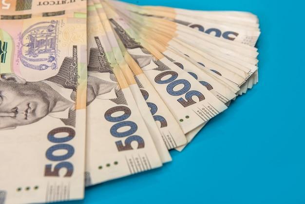 Pile de 500 billets en argent ukrainien comme arrière-plan financier. uah. concept d'argent et d'économies