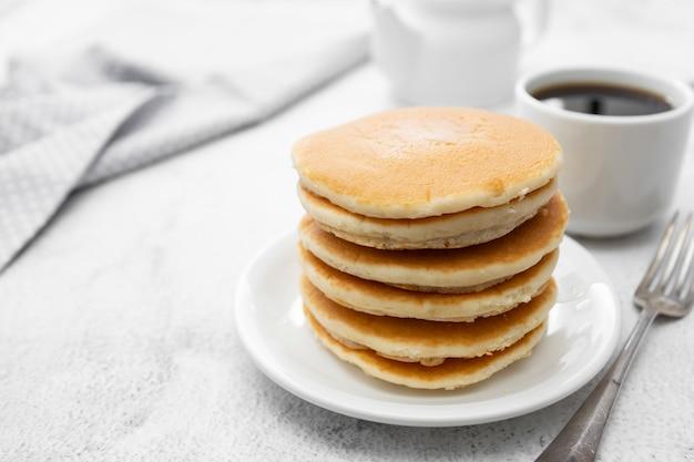Pile, américain, classique, pancakes, petit déjeuner, ou, collation, isolé, blanc
