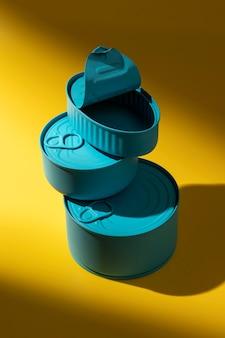 Pile à angle élevé de boîtes de conserve bleues