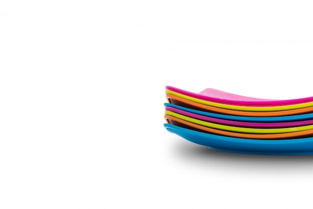 Pile d'assiettes colorées. concept de menu