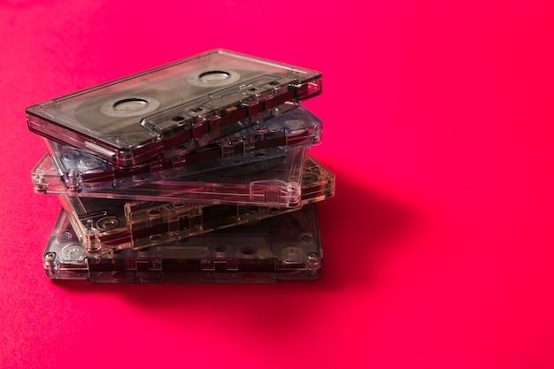 Pile de bandes audio transparentes sur fond rouge