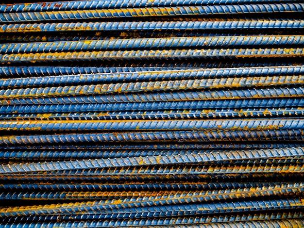Pile de barres d'armature en acier et fond de rouille en métal