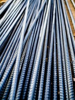 Pile de barres d'armature en acier pour béton de renforcement sur le chantier, vue verticale
