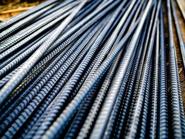 Pile de barres d'armature en acier pour béton de renforcement sur le chantier