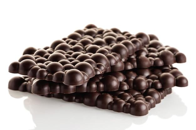 Pile de barres de chocolat cru noir sur fond blanc. isoler.
