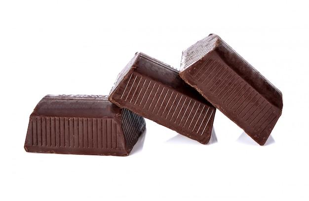 Pile de barres de chocolat isolé sur blanc