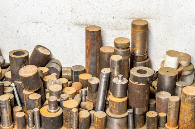 Pile de barres en métal à tour de plancher