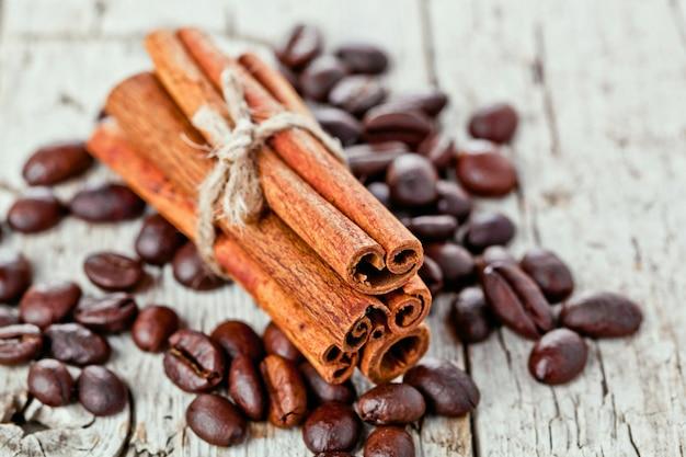 Pile de bâtons de cannelle et de grains de café