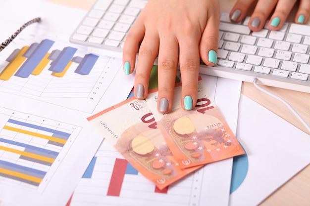 Pile de billets de cinquante euros dans les mains de la femme - gros plan