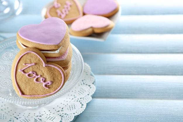 Pile de biscuits d'amour sur fond de table en bois bleu