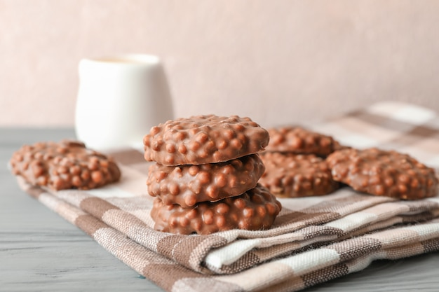 Pile de biscuits au chocolat sur un torchon sur fond clair,