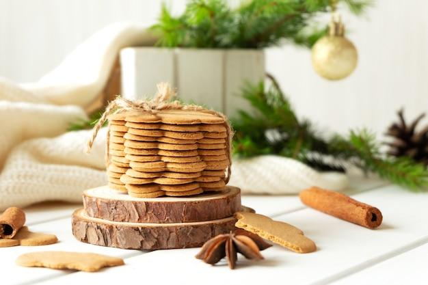 Pile de biscuits au gingembre et d'épices sur une table en bois