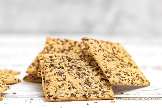 Pile de biscuits aux grains entiers sur la lumière.