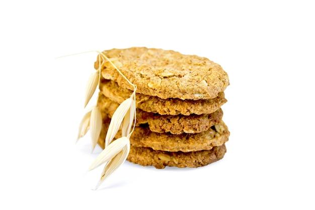 Pile de biscuits à l'avoine avec une tige d'avoine isolé sur fond blanc