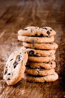 Pile de biscuits cuits au four agrandi sur fond en bois