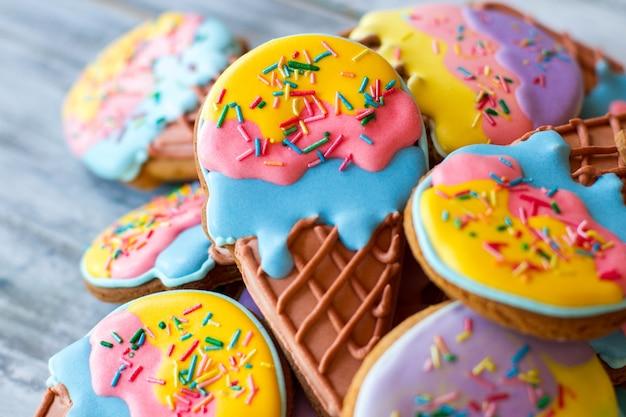 Pile de biscuits décorés. glaçage de couleurs vives. faites une surprise pour les enfants. gâteries avec glaçage au sucre.