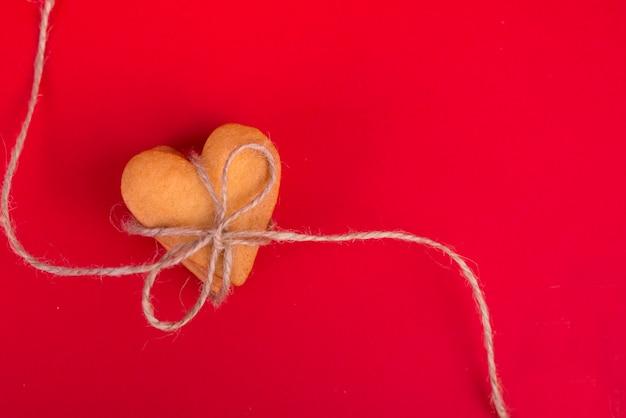 Pile de biscuits en forme de coeur sur la table rouge