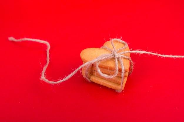 Pile de biscuits en forme de coeur sur la table