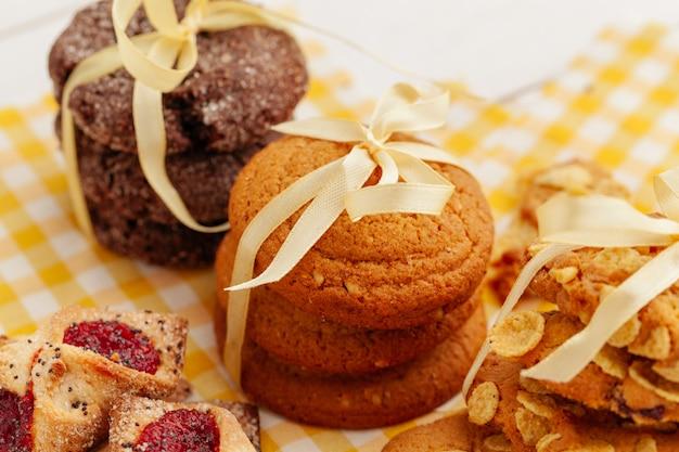 Pile de biscuits savoureux croquants sur une table de cuisine se bouchent