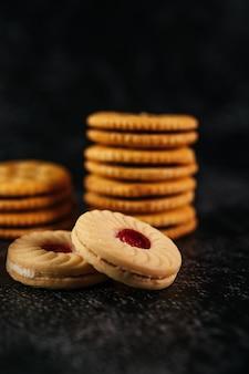 Une pile de biscuits sur une table en bois