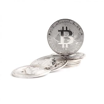 Pile de bitcoins isolé sur fond blanc
