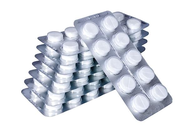 Pile de blisters avec des pilules isolé sur fond blanc
