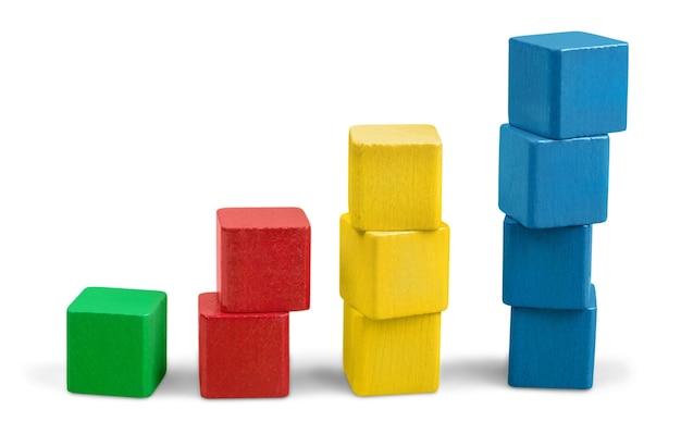Pile de blocs de bois jouet, tour de cubes multicolores vierges sur fond blanc