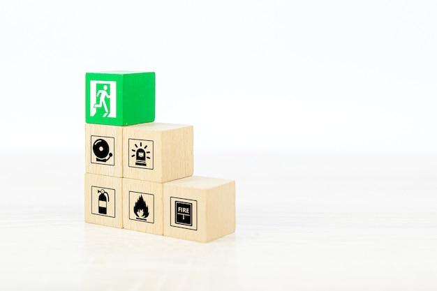 Pile de blocs de jouets en bois cube gros plan avec icône de prévention des incendies.