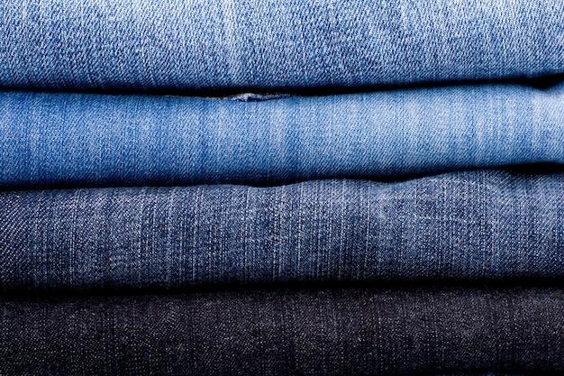 Pile de blue jeans