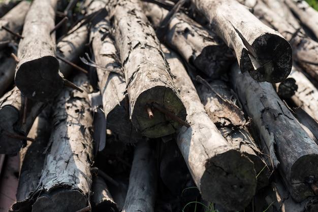 Pile de bois brut de construction