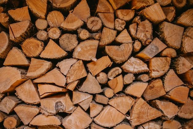 Pile de bois, bûches coupées.