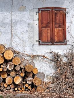 Pile de bois et chalet
