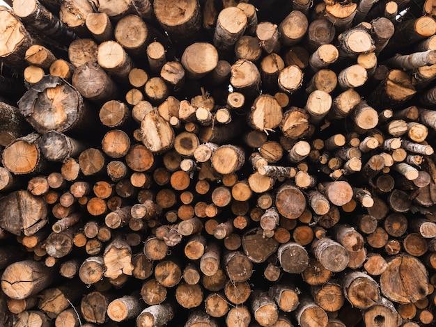 Pile de bois dans les détails de différentes tailles