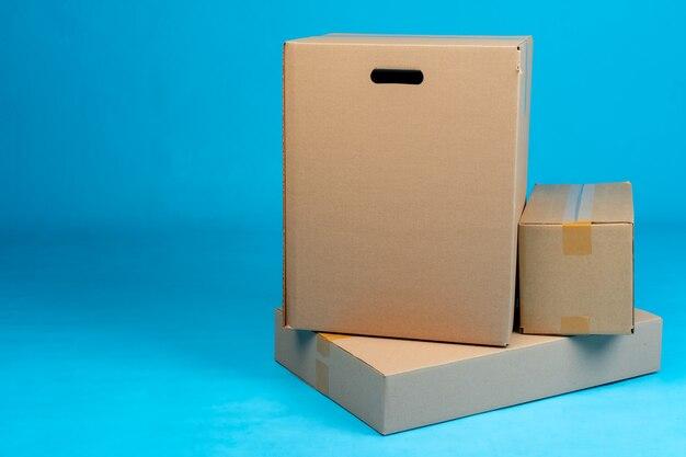 Pile de boîtes en carton bleu