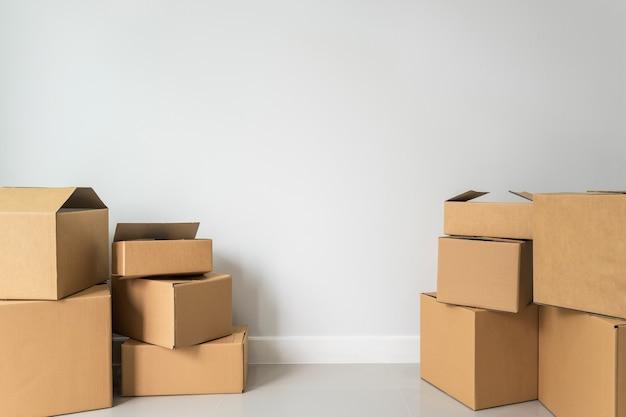 Pile de boîtes en carton dans une pièce vide