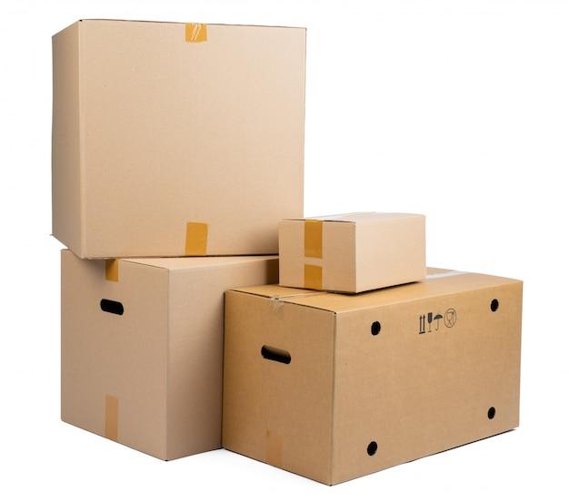 Pile de boîtes en carton isolé sur blanc