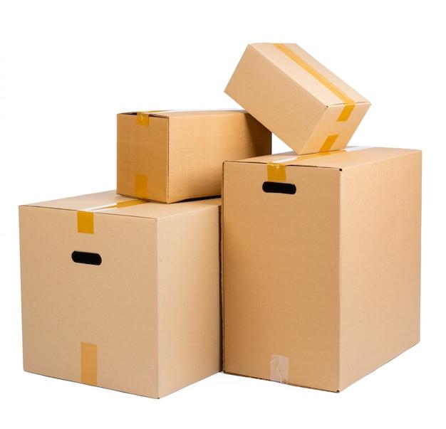 Pile de boîtes en carton isolé sur une surface blanche