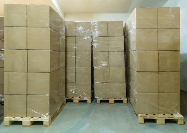 Pile de boîtes en carton prêtes à être expédiées d'un entrepôt. salle de stockage de colis.