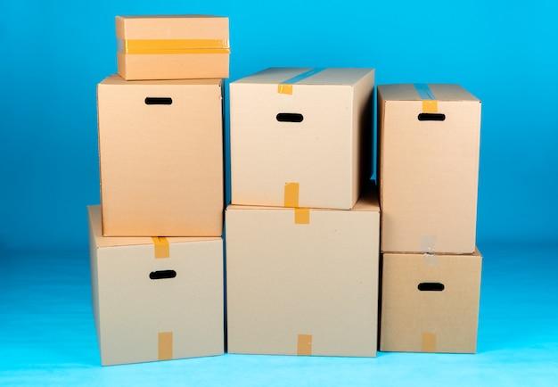 Pile de boîtes en carton sur une surface bleue