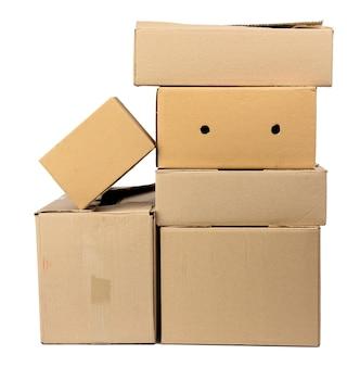 Pile de boîtes de papier brun carton fermé isolé sur fond blanc, concept en mouvement
