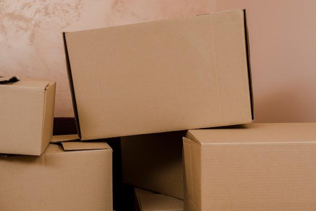 Pile de boîtes près du mur