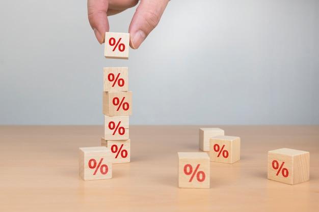 Pile de boîtes avec signe de pourcentage
