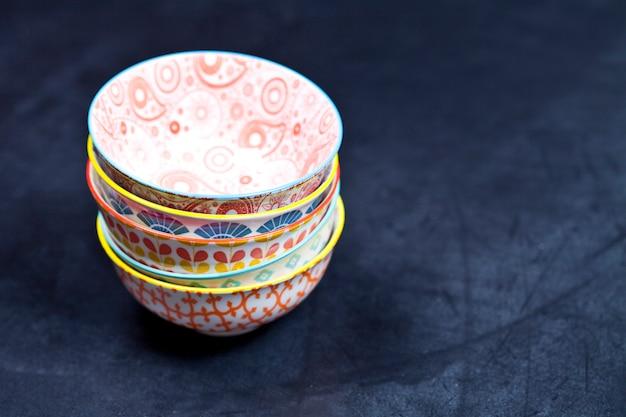 Pile de bols en céramique vides colorés agrandi.