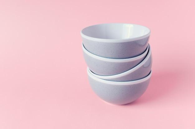 Pile de bols de cuisine en céramique