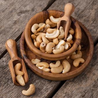 Pile de bols remplis de noix de cajou crues saines